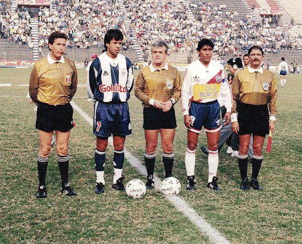 Ya con el look que lo caracterizó en su última etapa como árbitro, Fernando Chappell se apresta a dirigir un Alianza - Municipal de la temporada 1994 (Foto: cortesía Fernando Chappell)