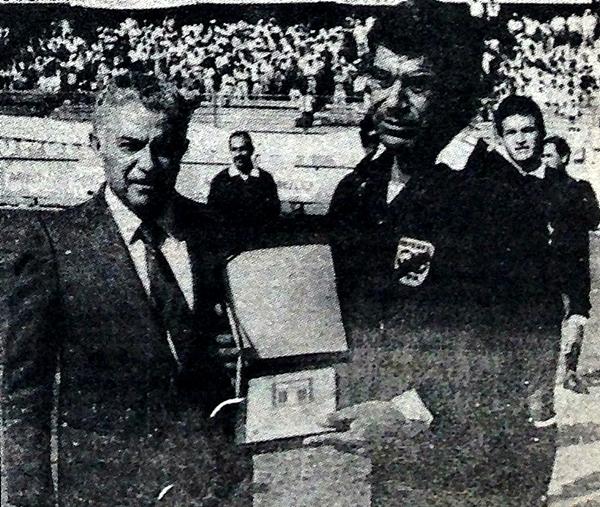 El 16 de octubre de 1988 se le hizo un homenaje de despedida antes del Universitario - Huaral (Recorte: diario La Crónica)