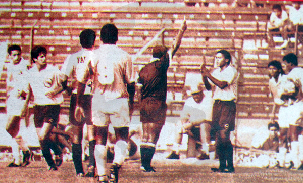 Antonio Arnao inflexible hasta con los más díscolos jugadores, como con Carlos 'Kukín' Flores para mostrarle una amarilla (Recorte: diario Ojo / suplemento deportivo Super Crack)