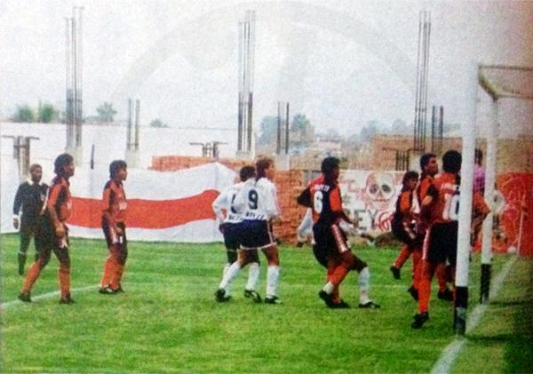Cuando aún no se terminaba de construir la tribuna de oriente en el estadio de Chorrillos, Antonio Arnao controla una situación de peligro en la visita que Melgar le hizo a Municipal en 1994 (Recorte: revista Estadio)