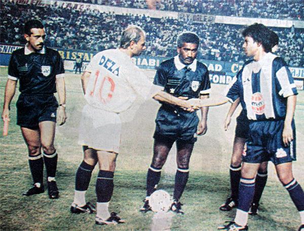 En el tradicional sorteo con los capitanes Antonio Arnao aparece junto a Jorge Amado Nunes y Marco Valencia antes de iniciar el único clásico que dirigió (Recorte: diario Ojo / suplemento deportivo Super Crack)