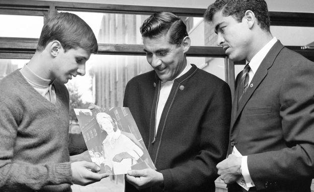 Enrique Borja, Antonio Carbajal y Enrique Cisneros observan una foto de la Reina Elizabeth II en el marco del Mundial Inglaterra 1966. (Foto: AFP)