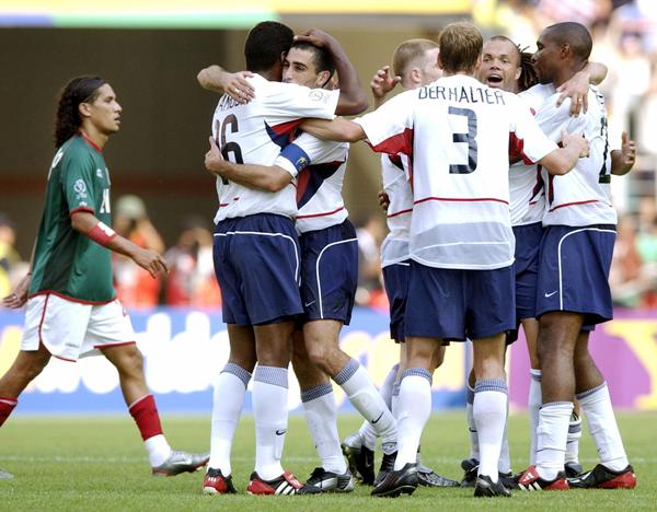 Estados Unidos celebra tras eliminar a México de los octavos de Corea Japón 2002. (Foto: AFP)