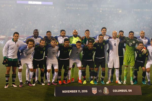 México y Estados Unidos se toman una foto grupal antes del duelo por el Hexagonal Final. (Foto: AP)
