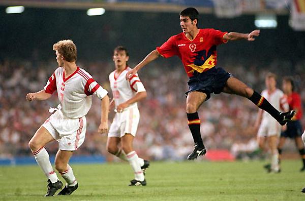 Guardiola se impone en el juego aéreo a los polacos. La medalla de oro de los Juegos Olímpicos Barcelona 1992 llevó su marca. (Foto: AFP)