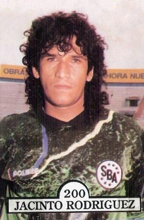 Jacinto y la estampa de un arquero líder que también pateaba penales (Cromo: revista Estadio, álbum Estrellas del Fútbol 1992)