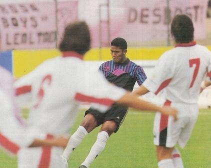 Johnny Vegas patea un tiro libre ante Deportivo Cuenca en el estadio Miguel Grau por la Copa Conmebol 1999. Una semana antes, en el cotejo de ida disputado en Ecuador, había metido el primer gol de su carrera (Foto: revista Don Balón Internacional Edición Perú, Anuario 1999 p. 59)