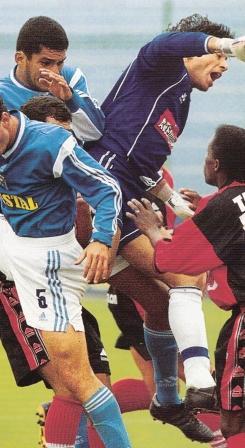 'Pancho' Pizarro fue protagonista de un curioso gol cuando tapaba para Melgar en 2001 (Foto: revista El Gráfico Perú, N° 120 p. 55)