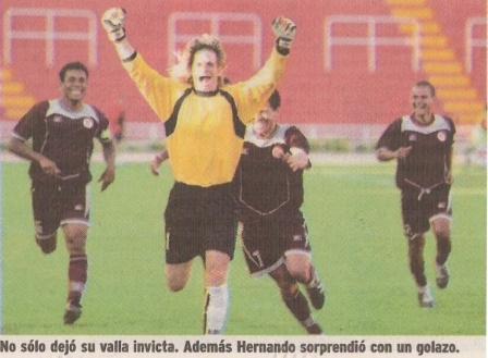 Desaforado festejo de Guillermo Hernando luego de su golazo a Diego Penny en el Clausura 2004 (Recorte: diario Líbero, 17/09/04 p. 14)