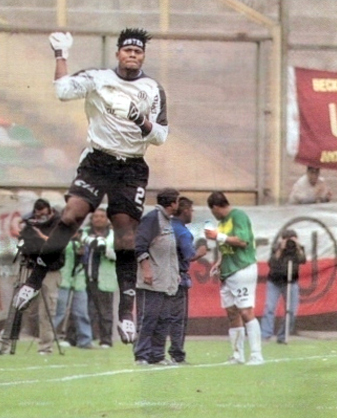Eufórico salto de 'Chiquito' Flores tras marcarle de penal a Sport Áncash en el Monumental por el Clausura 2005 (Recorte: diario El Bocón, 30/06/05 p. 2)
