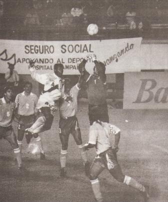 Carga Percy Olivares sobre el arco de Robert Siboldi en el último partido jugado por la selección en territorio peruano que no había sido televisado en vivo para el país (Foto: revista Estadio, N° 49 p. 7)