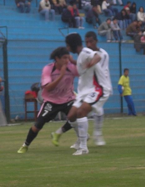 De a pocos, Guillermo Guizasola y su casco de tela se han hecho un espacio en el lateral izquierdo de la San Martín (Foto: Abelardo Delgado / DeChalaca.com)