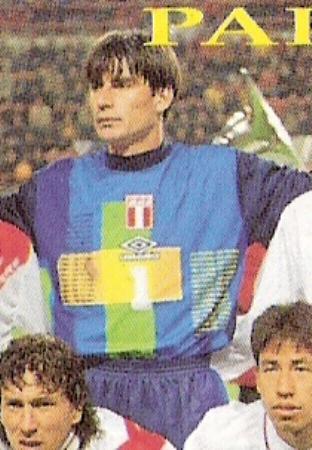 La chompa multicolor de Ibáñez con el escudo de la selección antes del amistoso ante Holanda en 1998 (Foto: revista Don Balón Perú)