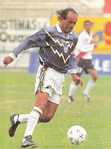 Pedro Garay transita el esférico en el duelo en que su equipo, Deportivo Pesquero, igualó en Matute ante Deportivo Municipal, por el Clausura 1999 (Recorte: revista Don Balón Perú)