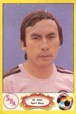 Loo con la rosada del Boys, una de las camisetas con las que más se identificó (Cromo: álbum Descentralizado 1975, Editorial Navarrete)