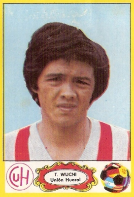 Wuchi con peinado de la época y las sedas de Unión Huaral (Cromo: álbum Descentralizado 1975, Editorial Navarrete)