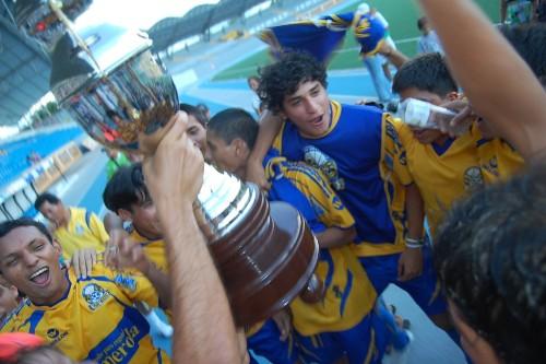 Los Tigres celebran su primer título del año. Los iquiteños tienen el mismo modelo de uniforme que el conjunto mexicano (Foto: Raúl Herrera)
