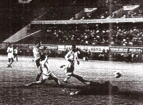 Gol de Walter Daga a Alianza Lima -que jugó de blanco- la noche del lunes 4 de enero de 1971, por el Descentralizado del año anterior. El resultado dejó a los íntimos en serio riesgo de descenso (Recorte: diario La Crónica)
