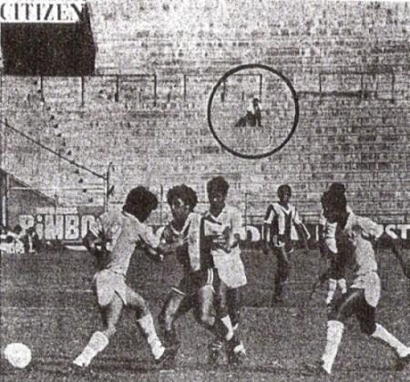 De Ripley: Alianza y Cristal jugando en familia en Matute la tarde del lunes 18 de mayo de 1981. Apenas se nota un espectador en Popular Sur (Recorte: diario La Prensa)