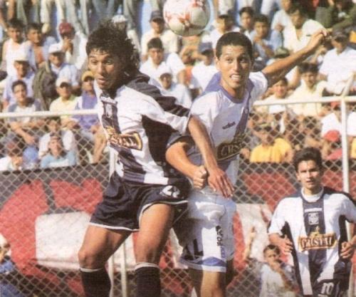 Juan Carlos Mariño disputa el balón con David Soria la tarde de su debut con Alianza Lima, ante Alianza Atlético en Piura. Fue durante el último partido jugado un lunes en el fútbol peruano: el 30 de julio de 2007 (Recorte: diario Líbero)