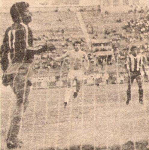 Carlos Carbonell cierra la zaga de ADT en un partido contra Alianza Lima en 1982. El defensa también cumplía funciones de técnico (Recorte: revista Ovación)