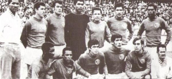 Juan Joya, el primero de los parados a la izquierda, junto con una conformación de Juan Aurich en 1970 (Foto: libro 'El Auriche sopla como un Ciclón', Óscar A. Cortez M.)