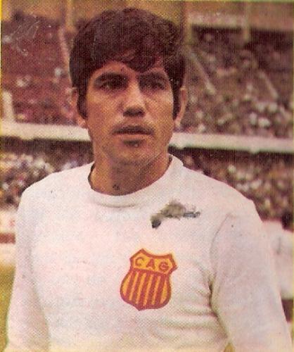 Seminario, un goleador de aquellos, que supo pasar a la vez de jugar por el banquillo de su Grau querido y también por el de Torino (Foto: álbum Ídolos, Importadores Peruanos)