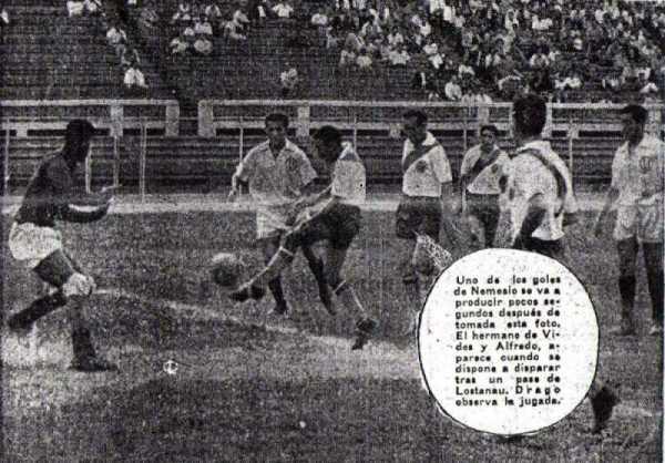 Gol de Nemesio Mosquera que igualaba el Clásico Moderno entre Municipal y Universitario en 1961. Acabó 5-4 para los ediles. (Recorte: diario La Crónica)