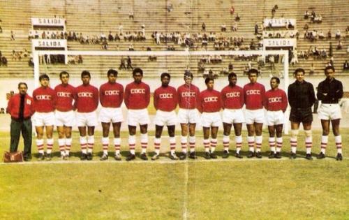 Carlos Concha, otro de los equipos que se ganó la simpatía de la afición por su habitual rol de comparsa en los '60. (Foto: álbum Deportistas Peruanos, Distribuidora Almex)