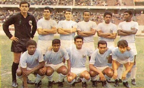 Defensor Arica llegó a la mismísima Copa Libertadores en 1969, siempre ataviado con su tradicional camiseta celeste. (Foto: álbum Ídolos, Importadores Peruanos)