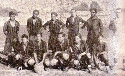 Inédita foto del Sport Progreso en 1930, cuando ya había perdido parte del brillo de sus primeros años. Todo indica que su camiseta era roja y negra a rayas verticales. (Foto: semanario Sport Gráfico)