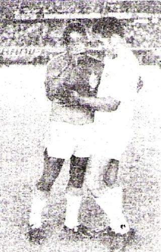 Saludo del loretano Ruiz a Adolfo Donayre -quien ese día se despedía del fútbol- antes del CNI - Espinosa por la Finalísima de la Copa Perú de 1973. (Recorte: diario La Crónica)