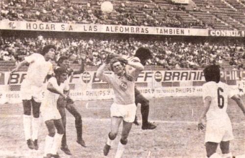 Carga del aliancista Juan José Ávalos que contiene Juan 'Papelito' Cáceres. Fue en la victoria loretana por el Descentralizado 1974. (Foto: revista Ovación)