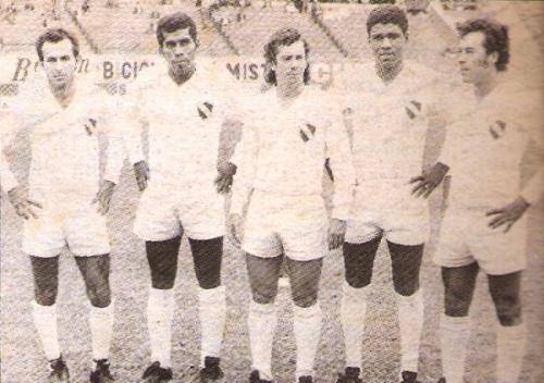 Delantera de CNI la tarde en que goleó 0-3 a Cristal en el Nacional por el Descentralizado 1973: Del Águila, Ávalos, Navarro, Avilés y Perales. (Foto: revista Ovación)