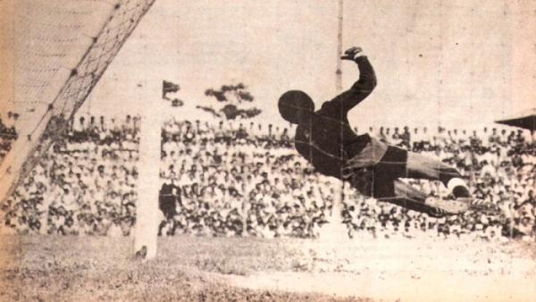 Vuelo estéril de 'Caíco' Gonzales Ganoza en el Max Augustín ante el cabezazo de Bernabé Navarro. CNI derrotó con este tanto 1-0 a Alianza por el Descentralizado 1977. (Foto: revista Ovación)