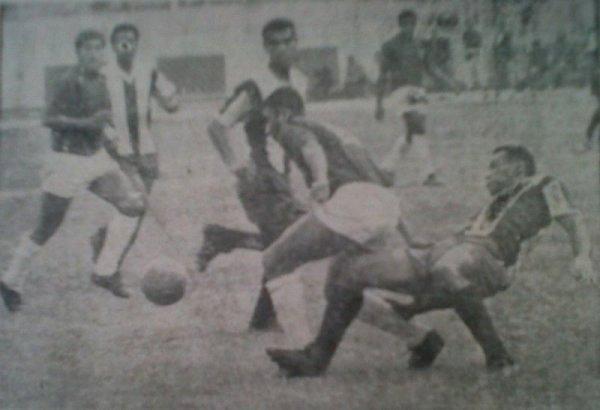 En 1968, Defensor Lima inició una racha de quince partidos sin perder ante Alianza Lima. El primero de ellos fue este cotejo, que culminó 2-2 luego de ir perdiendo por dos goles de diferencia (Recorte: diario La Crónica)