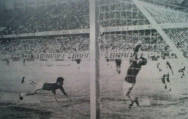 Preciso instante del momento más recordado en la afición carasucia: 'Pancho' Gonzales sella el 1-1 ante Melgar y le otorga el título nacional del año 1973 a Defensor Lima (Recorte: diario La Crónica)