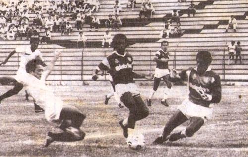 En el Lolo Fernández, Defensor Lima aplastó a Universitario por un 0-4 válido por el Metropolitano 1989 (Recorte: diario El Comercio / Suplemento Deporte Total)