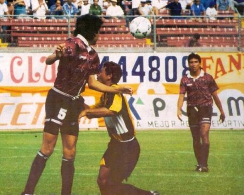 Uno de los últimos momentos emotivos en la trayectoria de Defensor Lima ocurrió en enero de 1994: jugó la revalidación de la categoría ante FBC Aurora y, tras igualar en los 90', mantuvo la categoría en una dramática definición por penales (Recorte: revista Estadio)