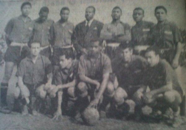 Defensor Lima versión 1960, temporada en la que, vía la Segunda División, se ganó el derecho de participar en la máxima categoría (Recorte: diario La Crónica)