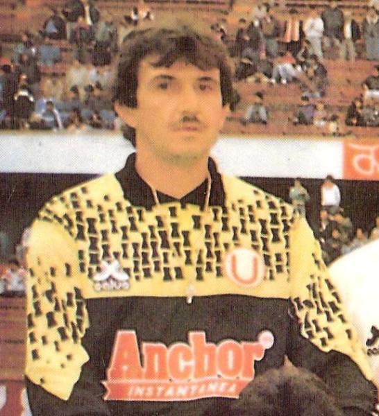 No es Charly García, sino Evaristo Massi, el portero que tuvo poca fortuna en la Conmebol de 1992 con Universitario. (Recorte: revista Estadio)