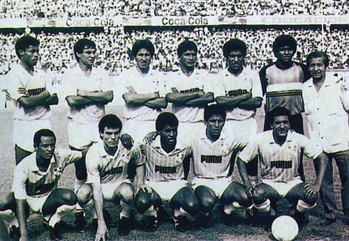Francesco Manassero tuvo su mejor momento con Sporting Cristal, equipo con el que consiguió campeonar en 1988. En la imagen, Manassero aparece entre César Loyola y Julio César Uribe (Recorte: revista El Gráfico)