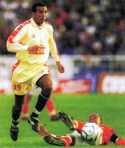 En su regreso a Perú para jugar en Universitario, se esperó ver en Nilson Esidio al goleador que rompió redes en 1998 con Cristal. Al final, ese buen papel del brasileño no se repitió (Revista: El Gráfico Perú)