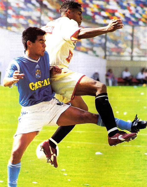En su corta estadía con Universitario, Percy Olivares apenas si pudo picar a algunos rivales cuando le tocó cumplir funciones de marca (Recorte: revista El Gráfico Perú)
