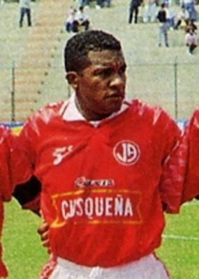 Si por algo destacó Carlos Torres en su carrera fue por su capacidad para actuar en varias posiciones, algo que le permitió seguir en actividad por muchos años (Recorte: revista Don Balón Perú)