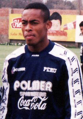 Durante varios años Percy Olivares se volvió el dueño del carril izquierdo de la selección peruana (Foto: robertopalacios.com)