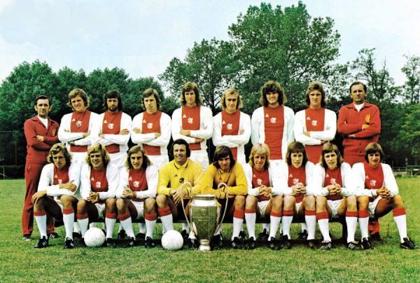 El Ajax de Cruyff forma con la tercera 'Orejona' conseguida por el club holandés de manera consecutiva. (Foto: bundesligafanatic.com)