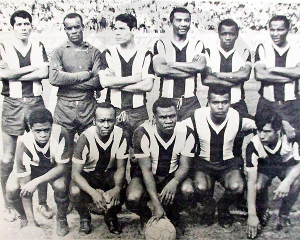 Once titular de Alianza que enfrentó a KDT en 1969, con César Cueto como el último de los hincados el día que anotó su primer gol (Recorte: diario La Crónica)