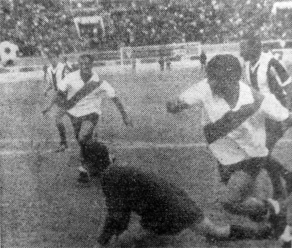 Partido entre Municipal y Alianza por el campeonato de 1969 y en el que César Cueto debutó en Primera (Recorte: diario La Crónica)