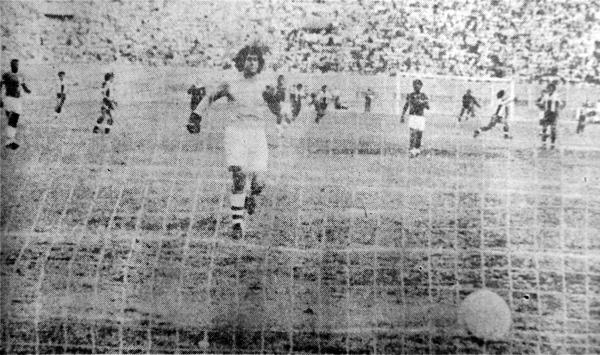 Ramón Quiroga corre en vano hacia su arco mientras al fondo Cueto celebra su conquista (Recorte: diario El Comercio)